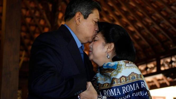 Susilo Bambang Yudhoyono (SBY) mencium istrinya, Ani