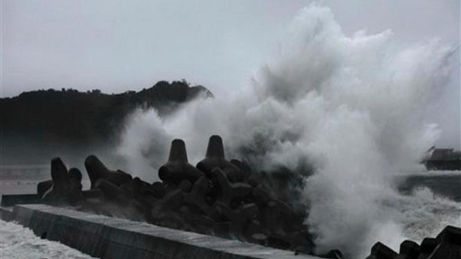 Topan Morakot menyebabkan ombak besar di pesisir Taiwan