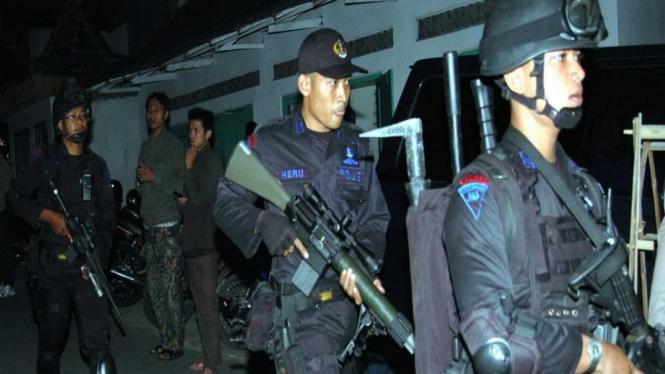 Detasemen Anti Teror dari Polri bersiap menggerebek sarang teroris