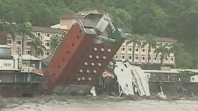 Sebuah gedung roboh dihempas angin topan Morakot di Taitung, Taiwan