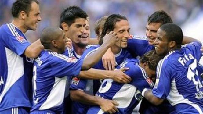 Para pemain Schalke merayakan kemenangan