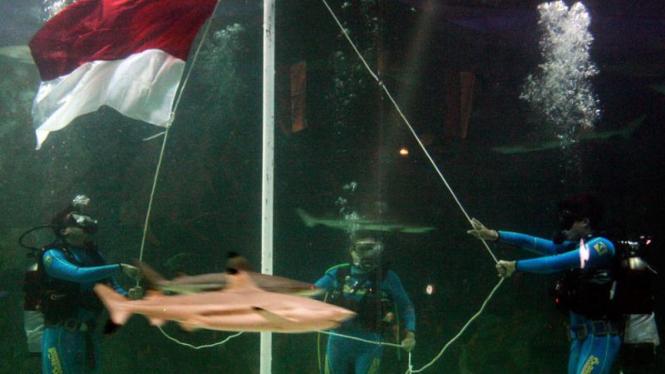 Upacara Bendera Dalam Air