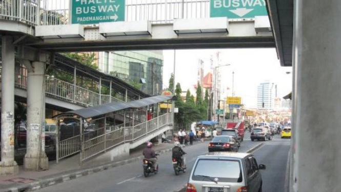 Sebuah mobil menyerobot jalur Bus Transjakarta di depan WTC Mangga Dua