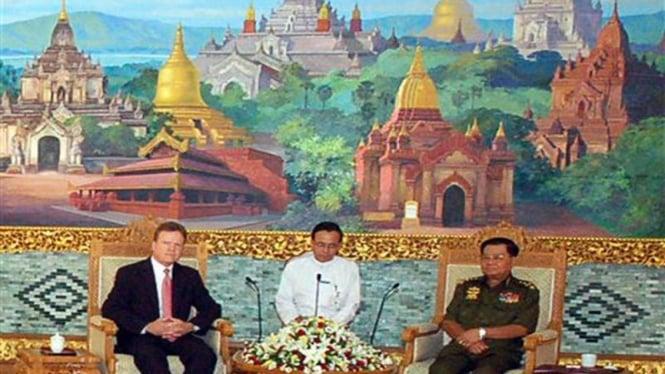 Pemimpin junta Myanmar, Than Shwe, (kanan) menerima kunjungan senator AS