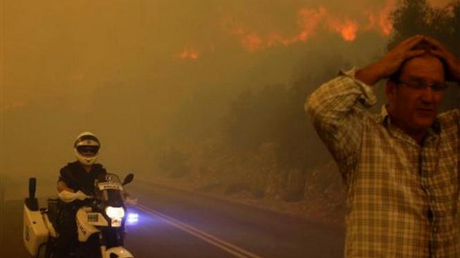 Polisi Yunani mengarahkan warga untuk menjauh dari kebakaran hutan