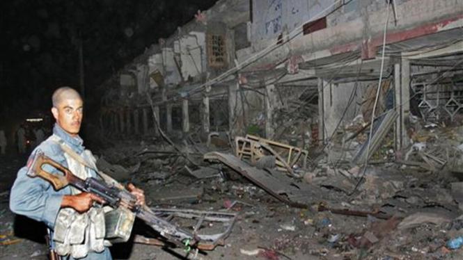 Polisi Afganistan menjaga lokasi pengeboman di Kota Kandahar