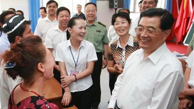 Presiden China, Hu Jintao, (kanan) saat berkunjung ke Xinjiang