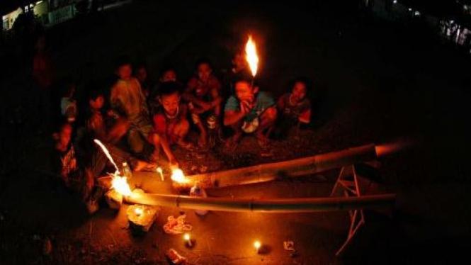 Bermain meriam bambu di kala Ramadhan