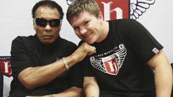 Muhammad Ali (kiri) dan Ricky Hatton