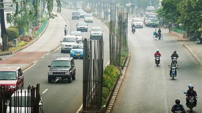 Tiang monorel yang terbengkalai di Jalan Rasuna Said, Jakarta
