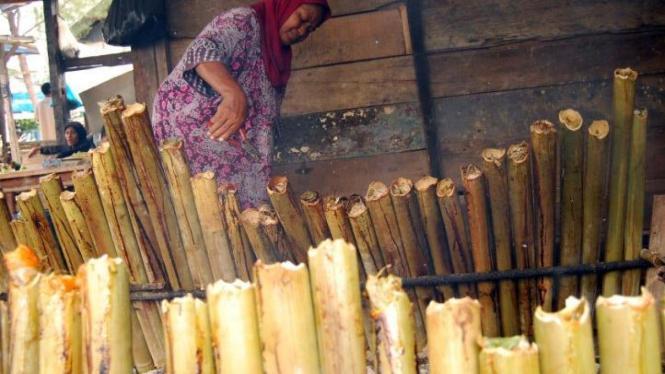 Membakar lemang unoe di Aceh