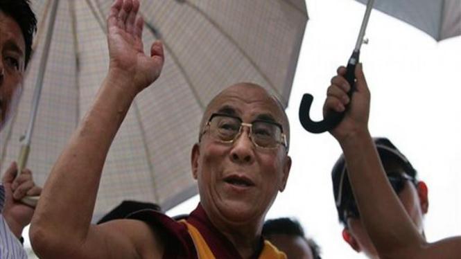 Dalai Lama saat mengunjungi korban Topan Morakot di Taiwan