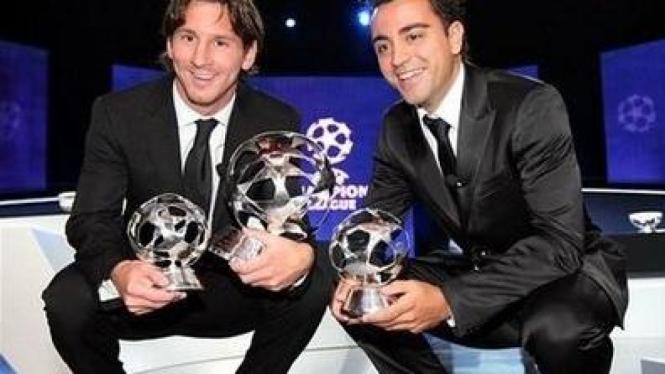 Lionel Messi (kiri) dan Xavi Hernandez