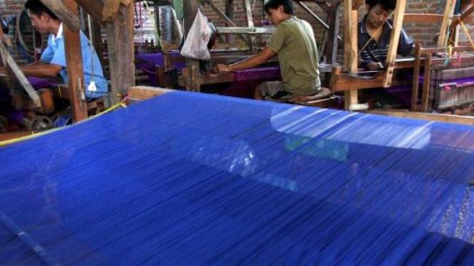Menenun kain sutra di Kediri