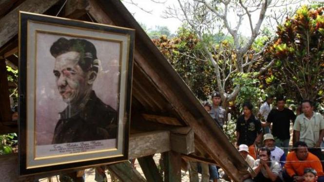 Warga berkerumun di makam Tan Malaka