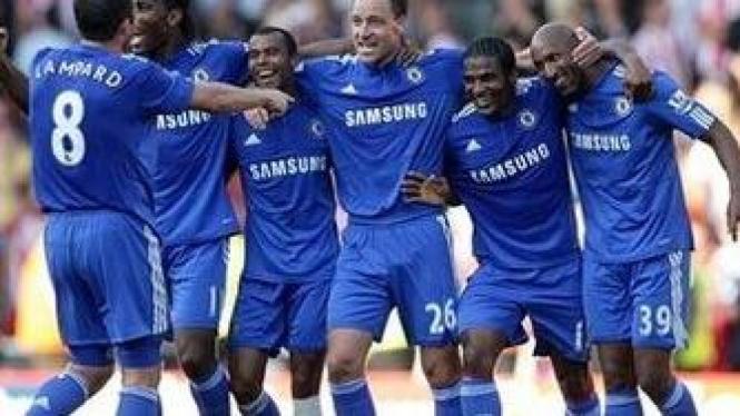 Pemain Chelsea rayakan gol Anelka
