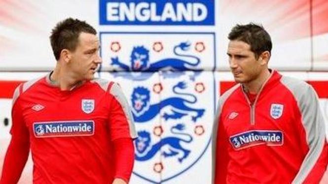 John Terry (kiri) dan Frank Lampard