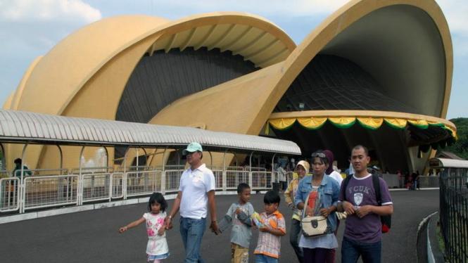 Para pengunjung teater Keong Mas di Taman Mini Indonesia Indah