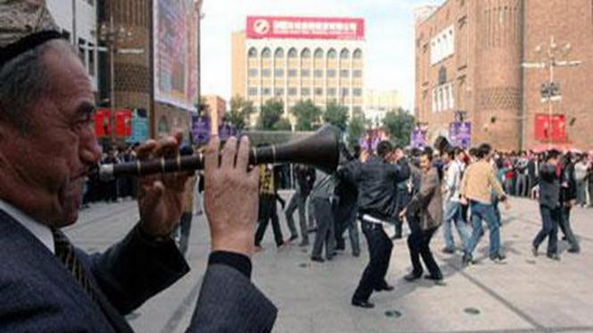 Warga Kota Urumqi, China, merayakan Lebaran dengan berjoget
