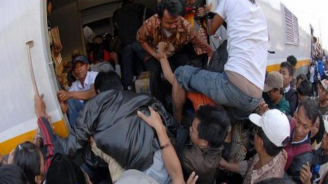 Para calon penumpang kereta berebut masuk di Stasiun Pasar Senen, Jakarta