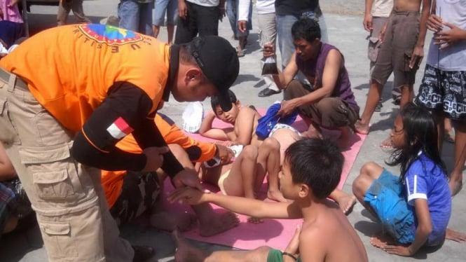 Anak-anak berwisata di Pantai Parangtritis, Bantul