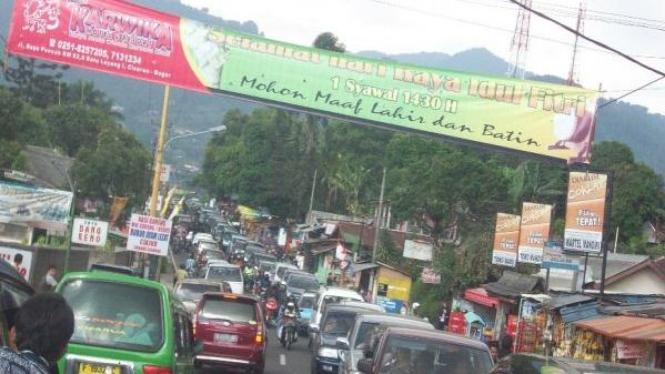 Kemacetan yang terjadi di jalur Puncak