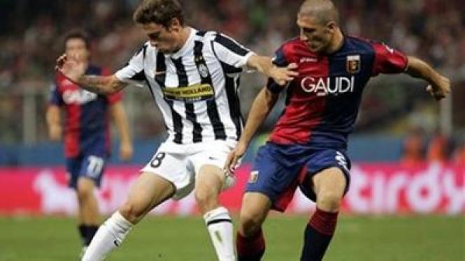 Claudio Marchisio (kiri) dan pemain Genoa Salvatore Bocchetti