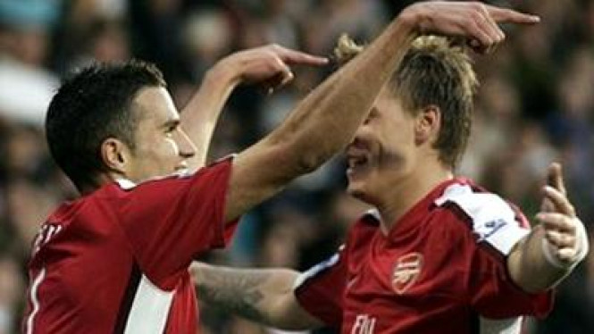 Robin van Persie (kiri) dan Nicklas Bendtner