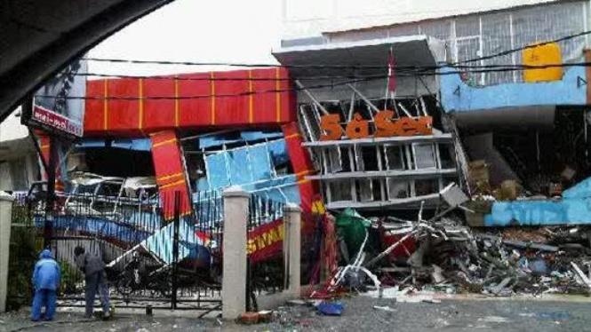 Sebuah ruko di Padang ambruk setelah dilanda gempa