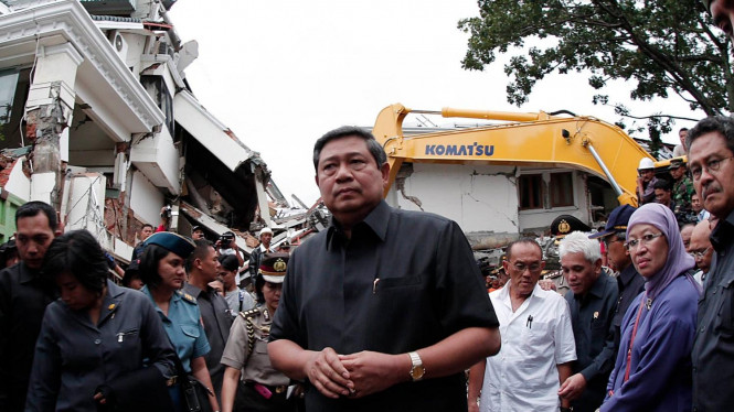 Presiden SBY di lokasi gempa Padang