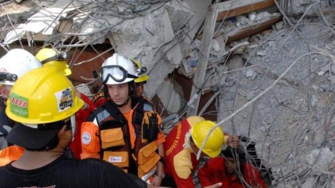 Tim SAR PBB turun mengevakuasi korban gempa Sumatera Barat