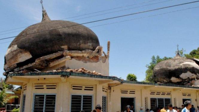 Masjid Jami Muhammadiyah Ampang, Padang, yang terkena gempa