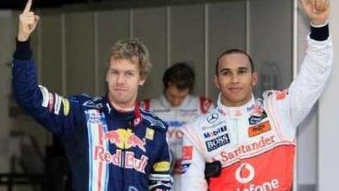Sebastian Vettel (kiri) dan Lewis Hamilton