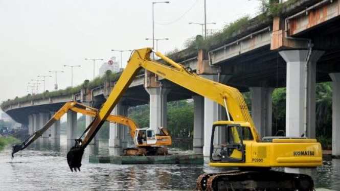 Dua alat berat mengambil lumpur di Kali Ancol, Jakarta