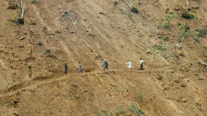 Jalan menuju Malalak, Agam, terputus akibat longsor karena gempa