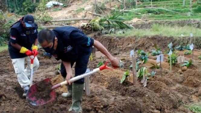 Kuburan massal di lokasi longsor akibat gempa di Pariaman