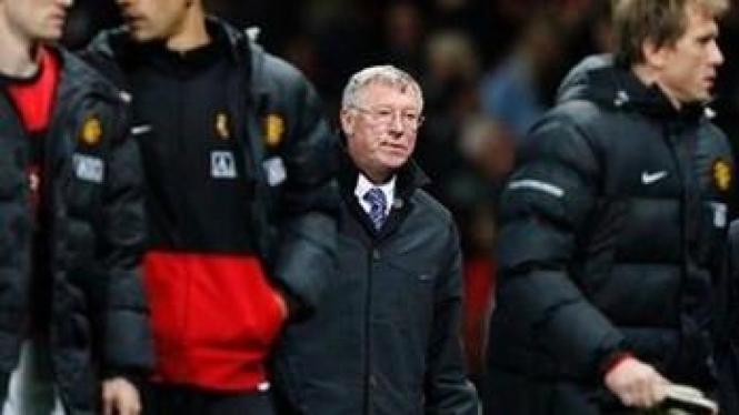 Sir Alex Ferguson (tengah)