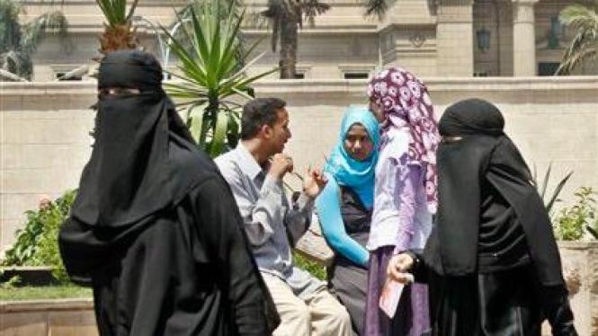 Dua wanita mengenakan cadar (niqab) berjalan di Kairo, Mesir.