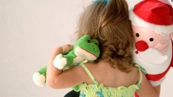 anak kecil bawa mainan