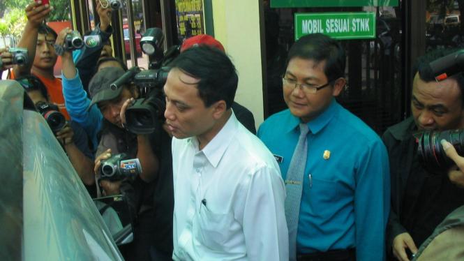 Wakil Ketua KPK, M Jasin, saat sidak ke Kantor Samsat Surabaya