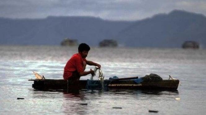 Nelayan menangkap ikan di Danau Toba, Sumatera Utara