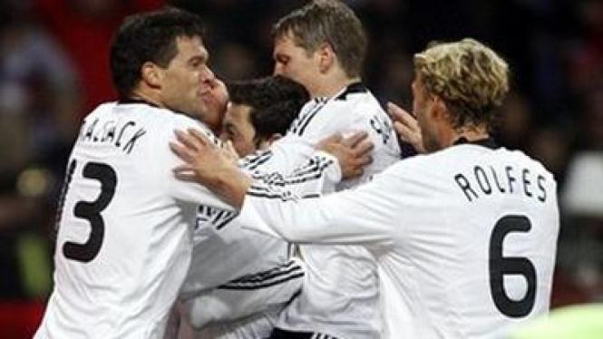 Pemain Jerman merayakan kemenangannya