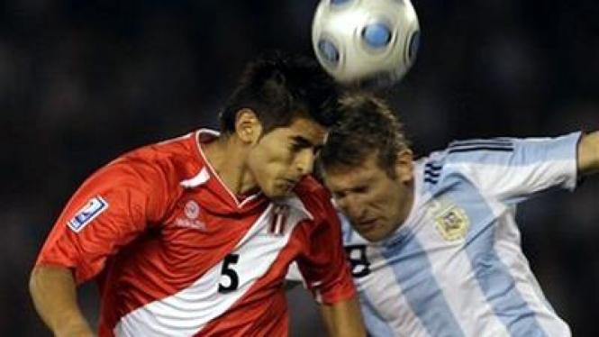 Martin palermo (kanan) berebut bola dengan pemain Peru Carlos Zambrano