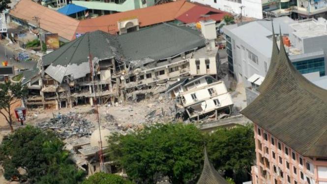 Hotel Ambacang & Bumi Minang (warna merah muda) setelah gempa