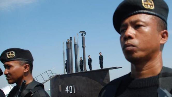 Pasukan Korps Hiu Kencana, bersiaga di depan Kapal Selam Cakra-402