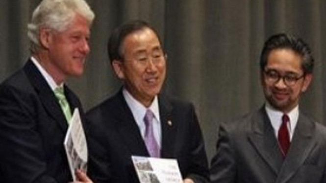 Marty Natalegawa (kanan) bersama dengan Sekjen PBB dan Bill Clinton
