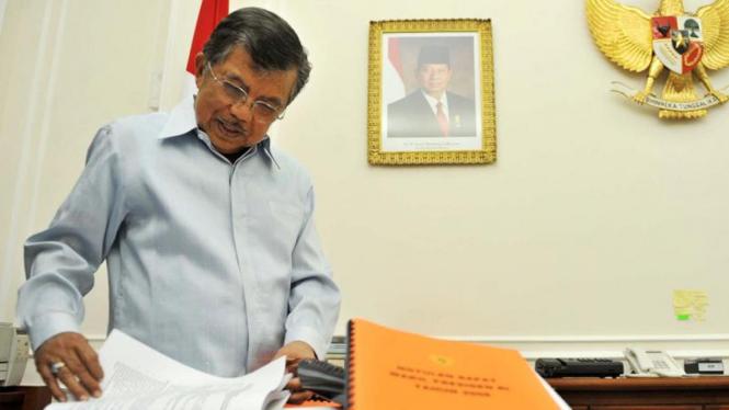 Wapres Jusuf Kalla Membereskan Mejanya