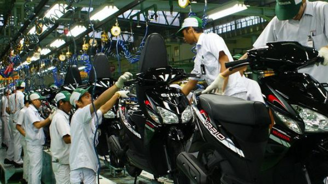 Sejumlah pekerja sedang menyelesaikan pembuatan Honda Vario