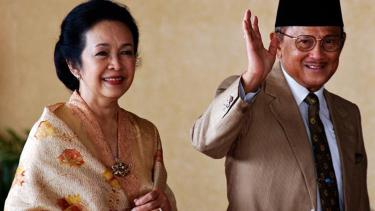 Presiden ketiga RI, BJ Habibie dan sang istri, Ainun.