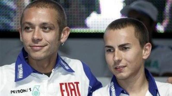 Valentino Rossi (kiri) dan Jorge Lorenzo